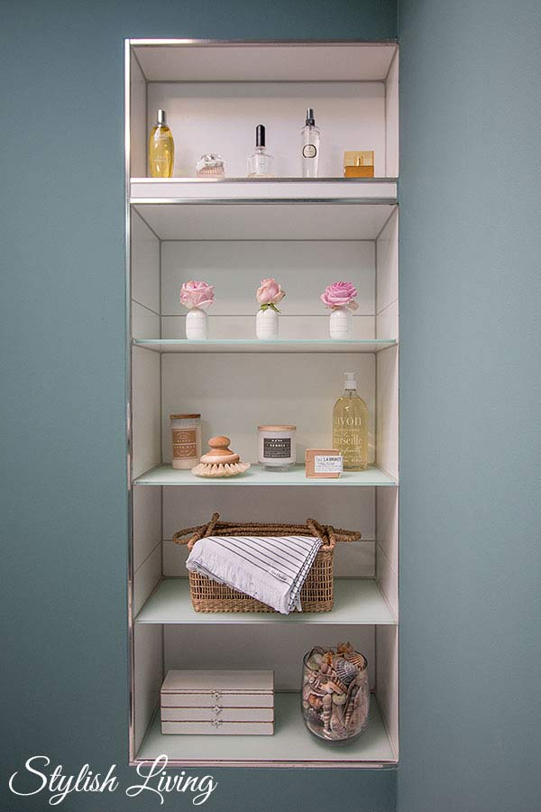 eingemauertes Badezimmerregal mit Petite Catrin Produkten