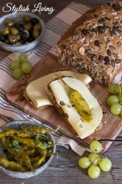 Brotzeit mit leckerem Bergbauern Käse von Bergader