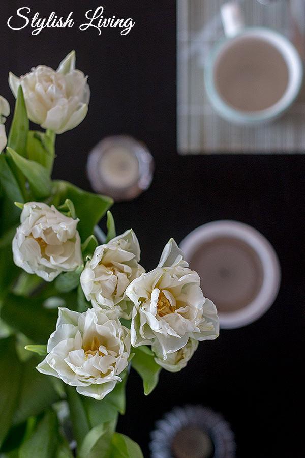 Frühstückstisch mit Tulpen