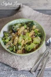 Pasta mit Brokkoli und Pinienkernen
