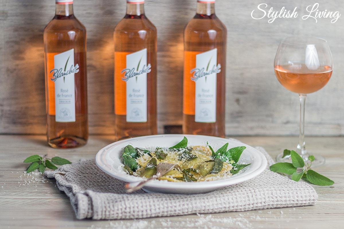 Spinat-Ricotta-Ravioli mit einem Glas Blanchet