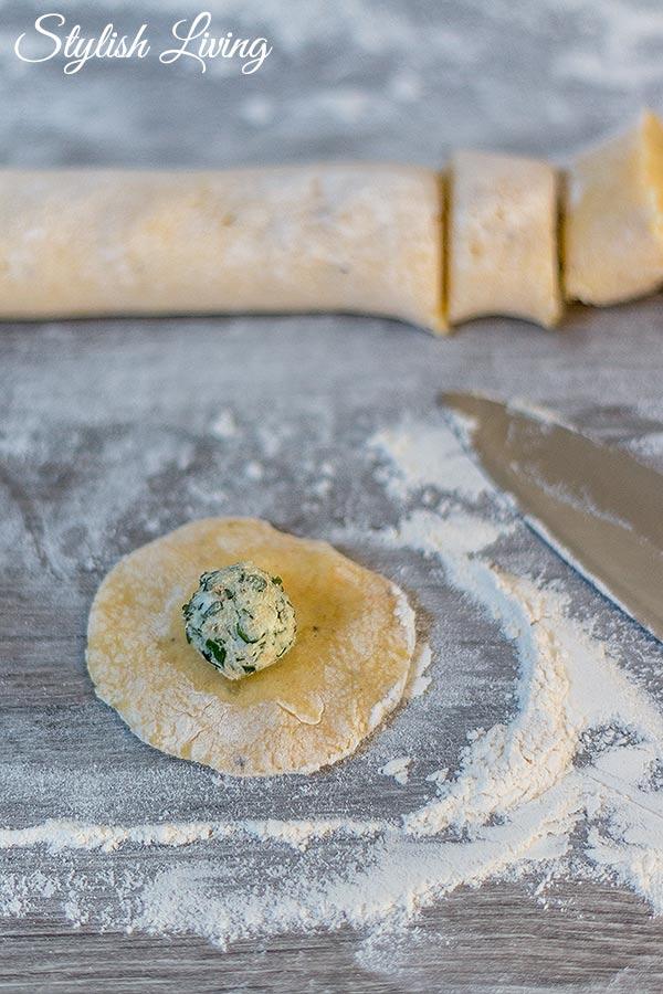 selbst gemachte Gnocchi mit Käse-Kräuter-Füllung