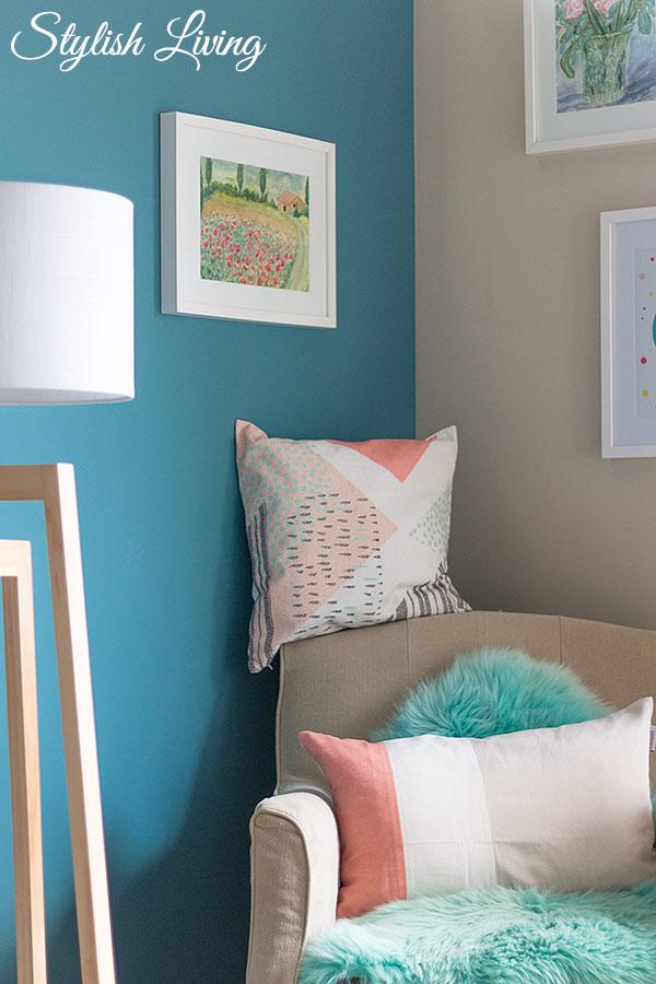 farbenfrohes Arbeitszimmer mit Kissen und Lammfell von Höffner