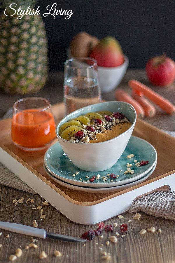 gesundes Frühstück mit Smoothie Bowl mit Mango