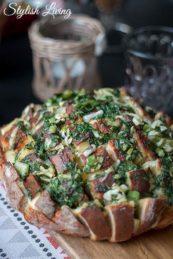 Rezept für Zupfbrot mit Käse, Kräuterbutter und Frühlingszwiebeln - perfekt zum Grillen