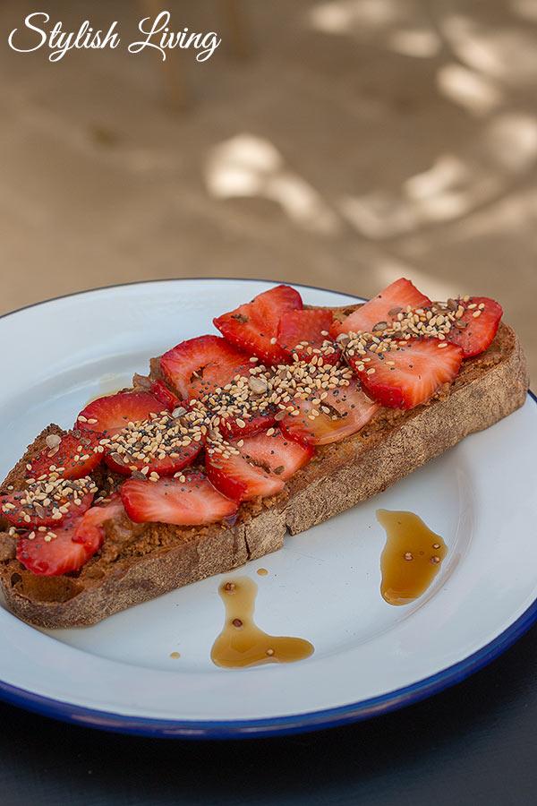 geröstetes Brot mit Erdbeeren im Maison Du Collectionneur in Aix-en-Provence