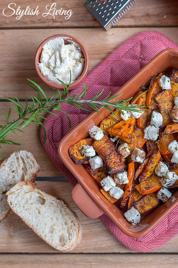 Ofenkürbis mit Fetakäse, Kräutern und Honig