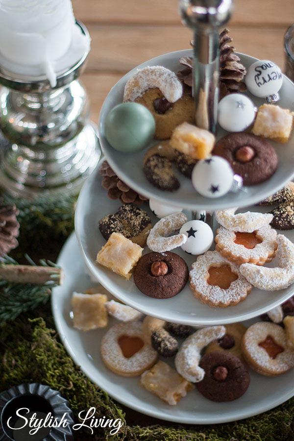 Weihnachtstischdeko mit Tanne und Weihnachtsplätzchen