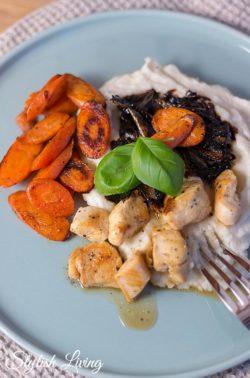 Blumenkohlpüree mit Balsamico-Schalotten, Kikokhähnchen und Karotten