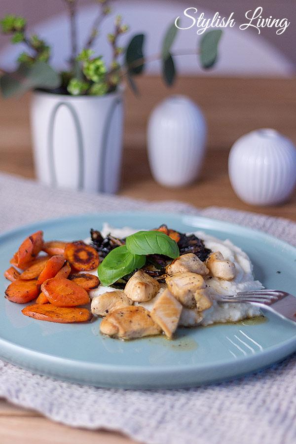 Blumenkohlpüree mit Balsamico-Schalotten, gedünsteten Karotten und Kikokhähnchen