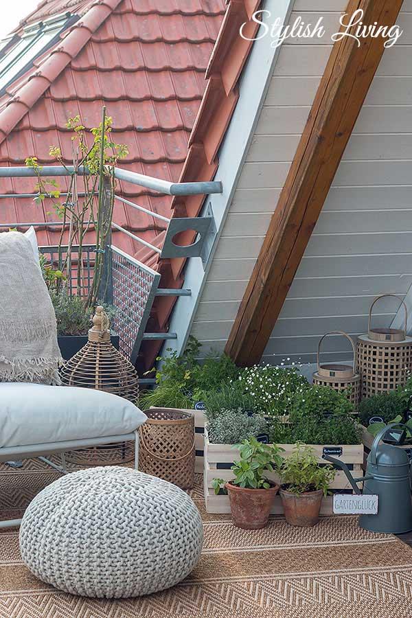 Kräutergarten in Holzkisten bringt Gemütlichkeit auf den Balkon