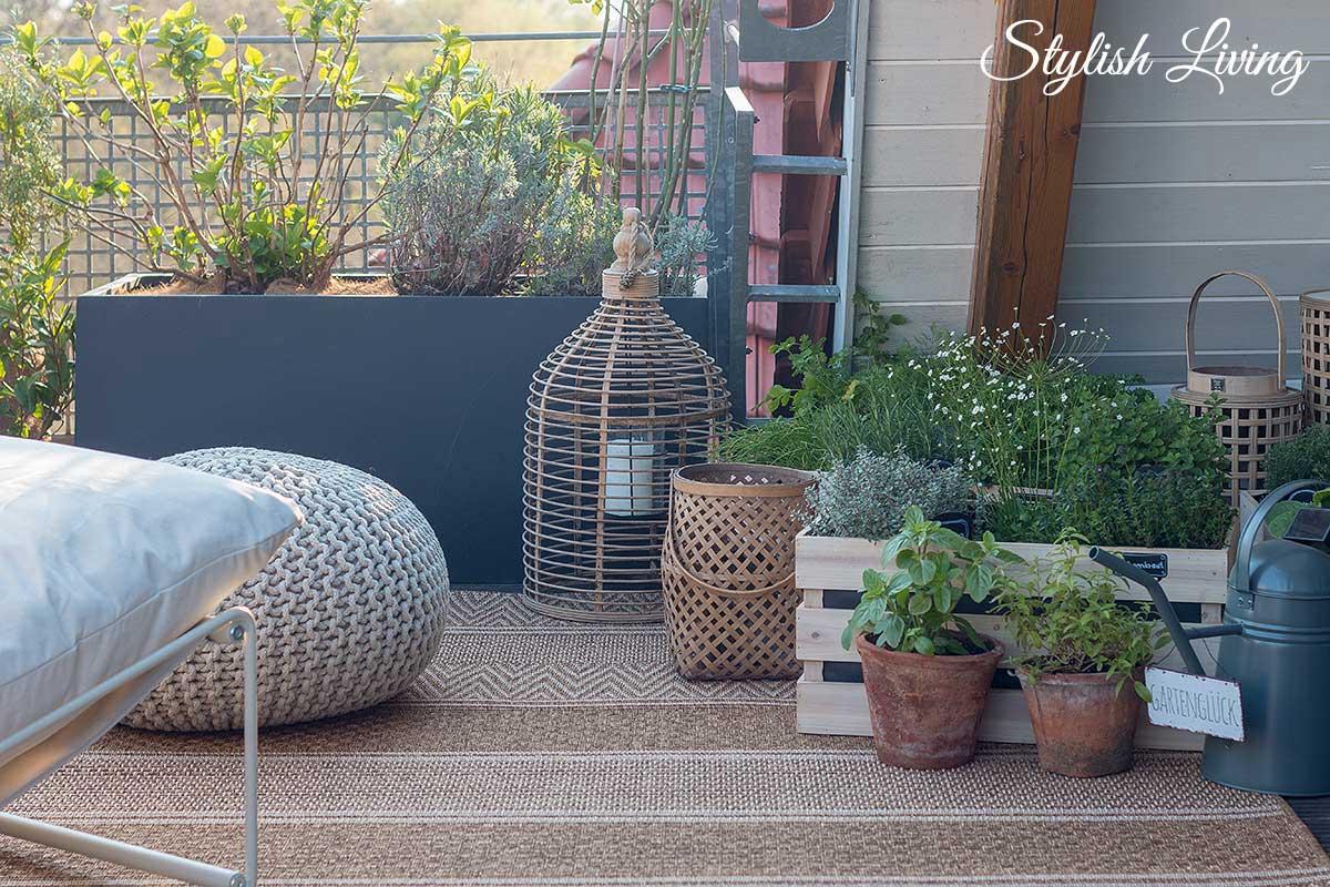 Kräutergarten in Holzkisten sorgt für Gemütlichkeit auf dem Balkon
