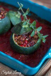 Low Carb: gefüllte Rondini mit Paprika, Feta und Cashewnüssen
