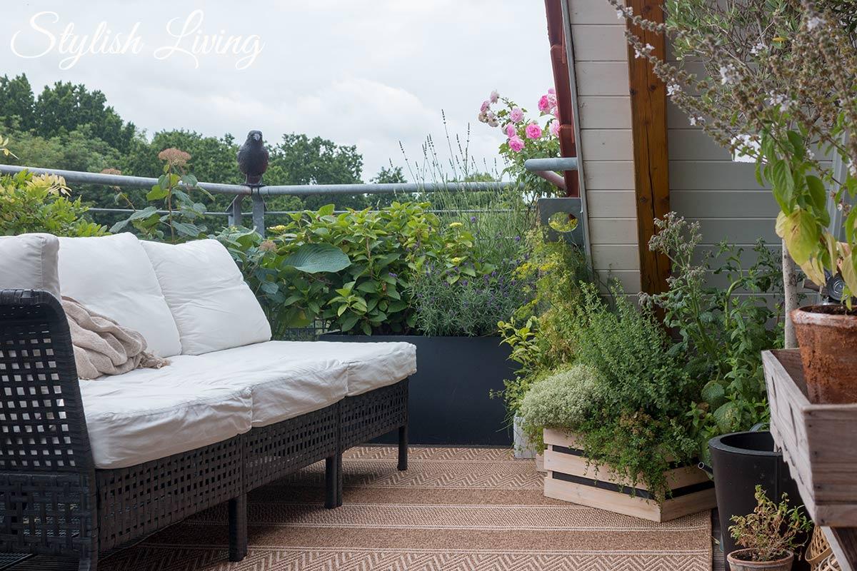 Dachterrasse gestalten mit Pflanzen und Outdoorsofas