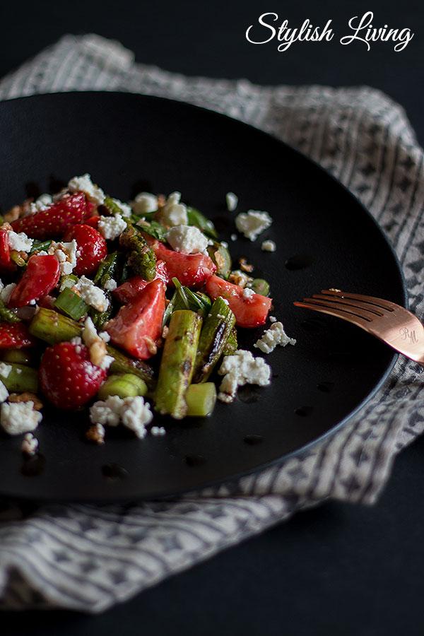 Spargel-Erdbeersalat mit Feta und Walnüssen