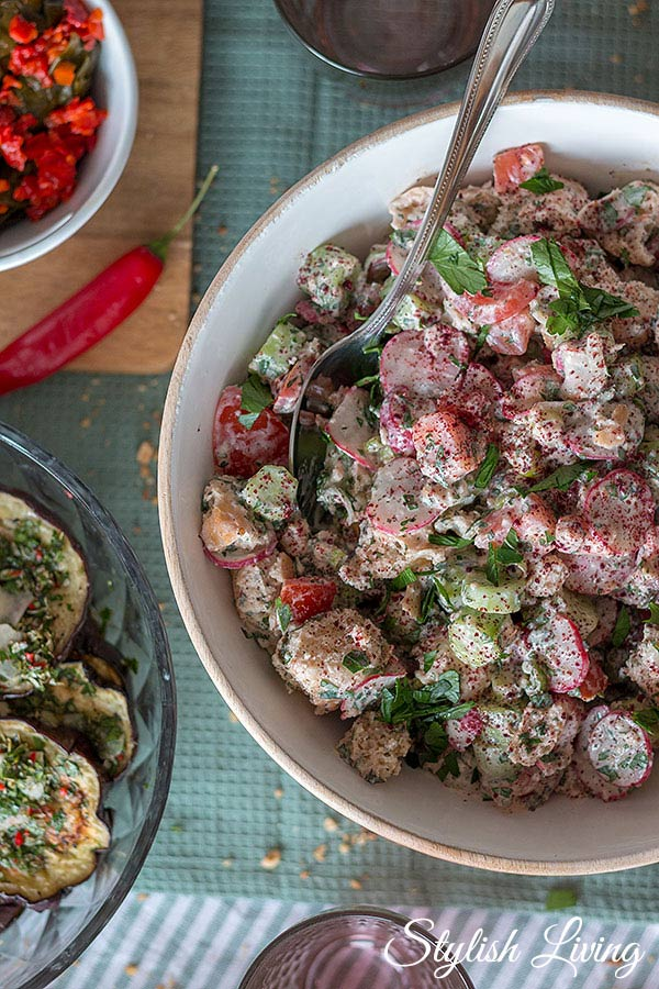 Levante Küche - orientalischer Salat mit Fladenbrot