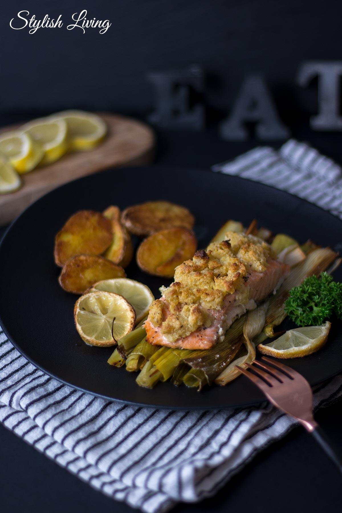 Ofenlachs mit Pankokruste, Lauch und Kartoffeln