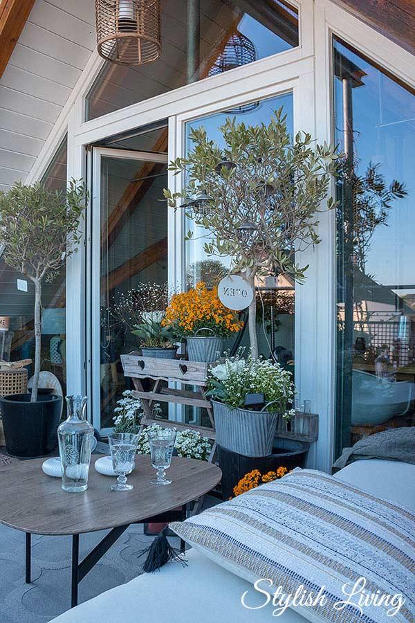 Frühlingsupdate für den Balkon mit Frühlingsblühern und Gemütlichkeit