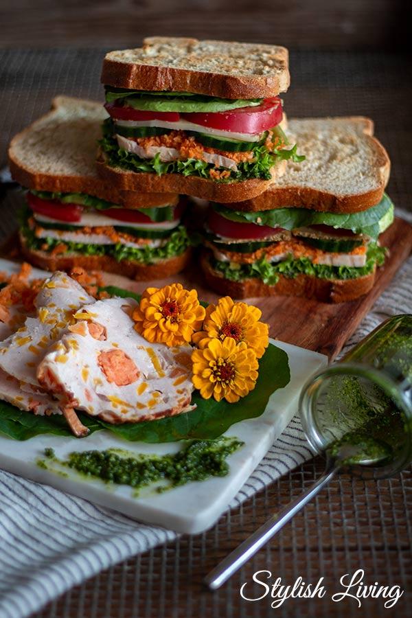 Sandwich mit Avocado, Tomaten, Karotten und Hähnchenbrust