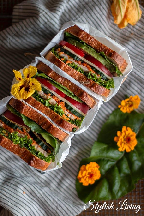 Sandwich mit Avocadocreme, Tomaten und Hähnchenbrust