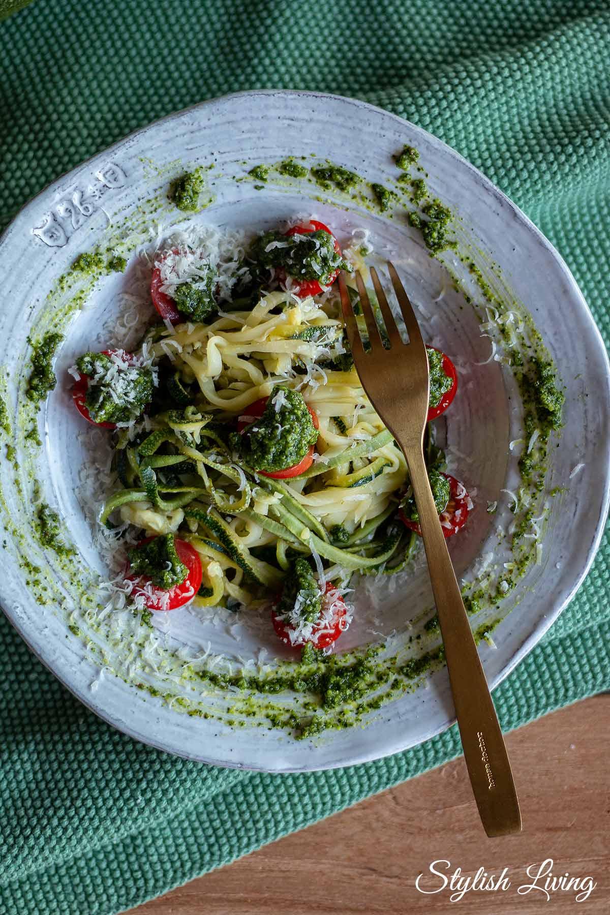 Zucchininudeln mit Kapuzinerkresse-Pesto und Cherrytomaten
