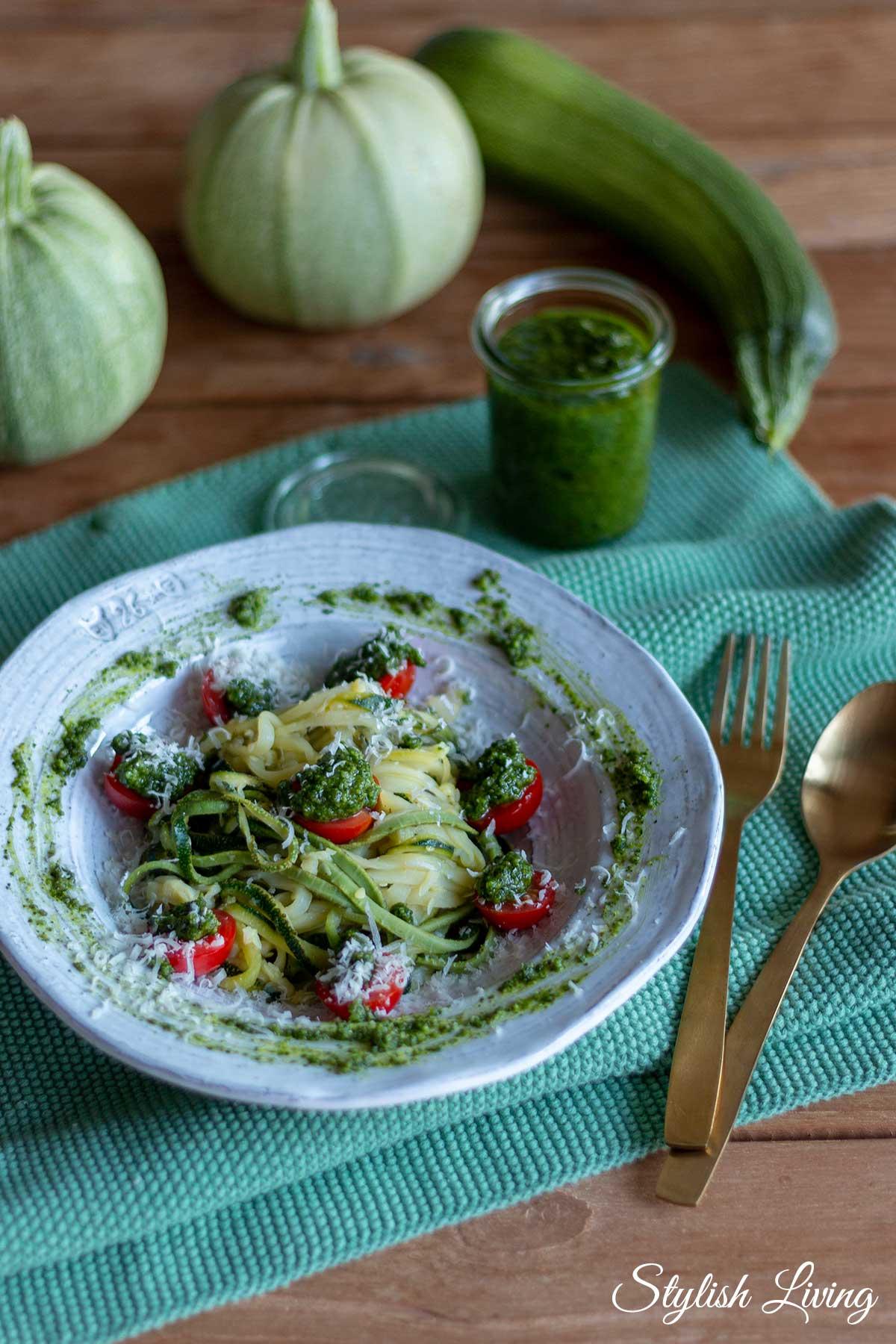 Zucchininudeln mit Kapuzinerkressepesto und Cherrytomaten
