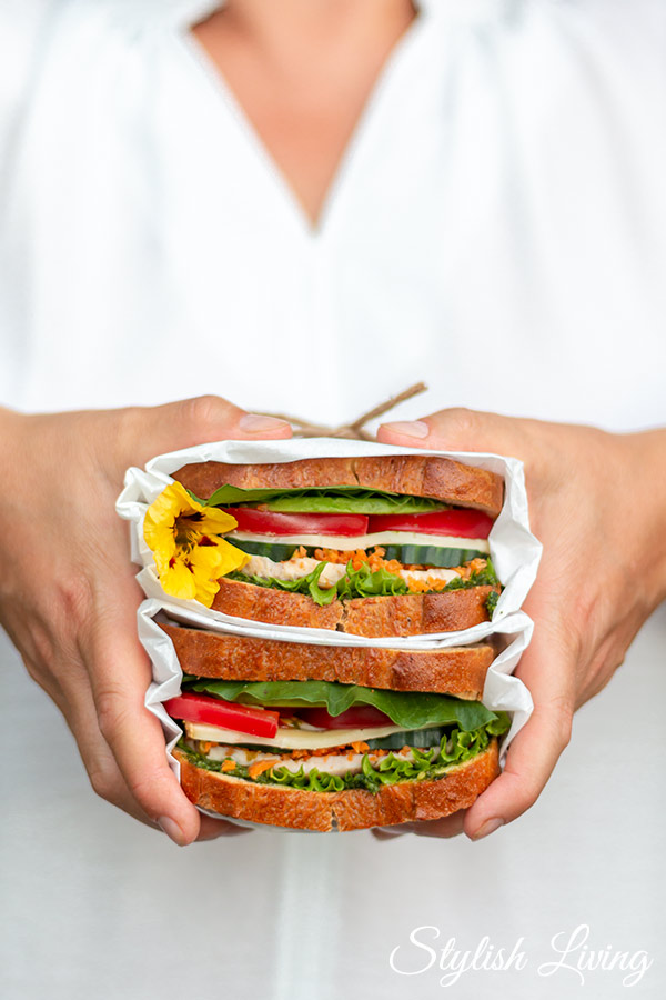frisches leckeres Sandwich mit Avocado, Tomaten und Hähnchenbrust