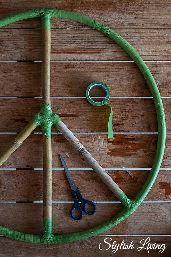 Bambusstäbe an den 5 Eckpunkten mit Floristentape fixieren