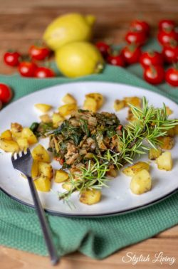 Mangold-Tomaten-Gemüse mit Rosmarinkartoffeln