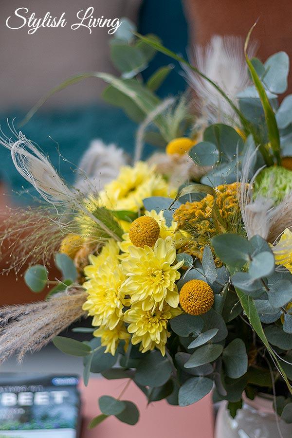 gelbe Pina Colada Spray-Chrysantheme im Blumenstrauß