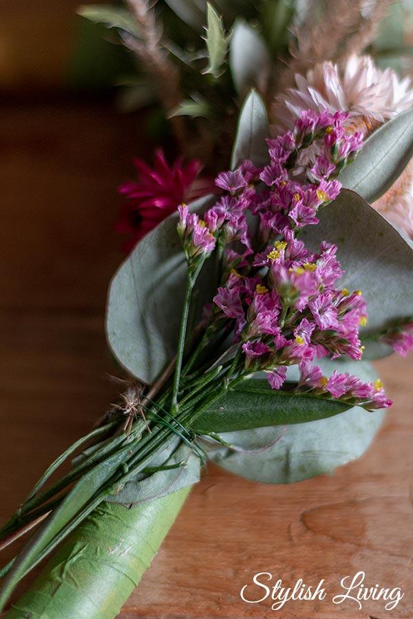 kleine Blumensträuße mit Wickeldraht um den Reifen wickeln