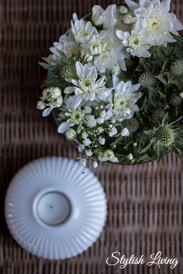 stylische Spray-Chrysantheme Pina Colada kombiniert mit Diesteln und Schleierkraut