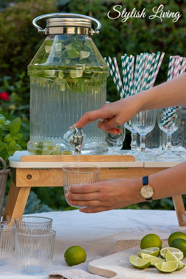 Ideen für Deine Sommerparty - Wasser mit Limette und Basilikum aromatisierty