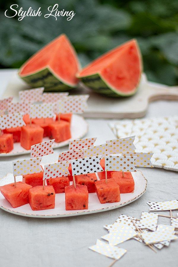 Ideen für Deine Sommerparty - Wassermelone mit Fähnchen