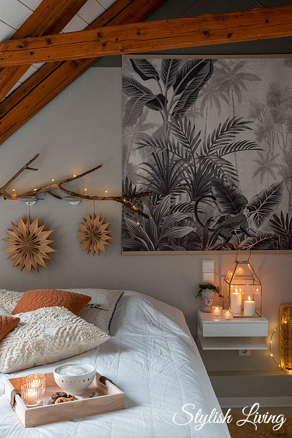 Gemütlichkeit im Schlafzimmer mit Lichterketten, Kerzen und Kissen
