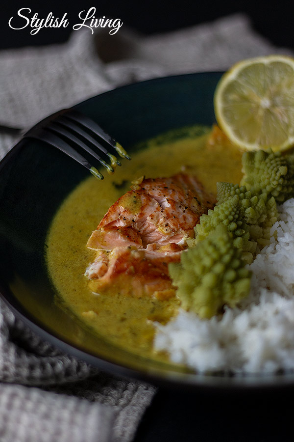 Lachscurry mit Romanesco und Reis