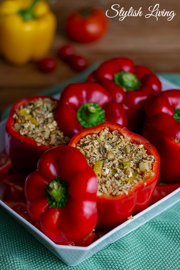 vegetarisch gefüllte Paprika mit Reis, Romanesco und Schafskäse