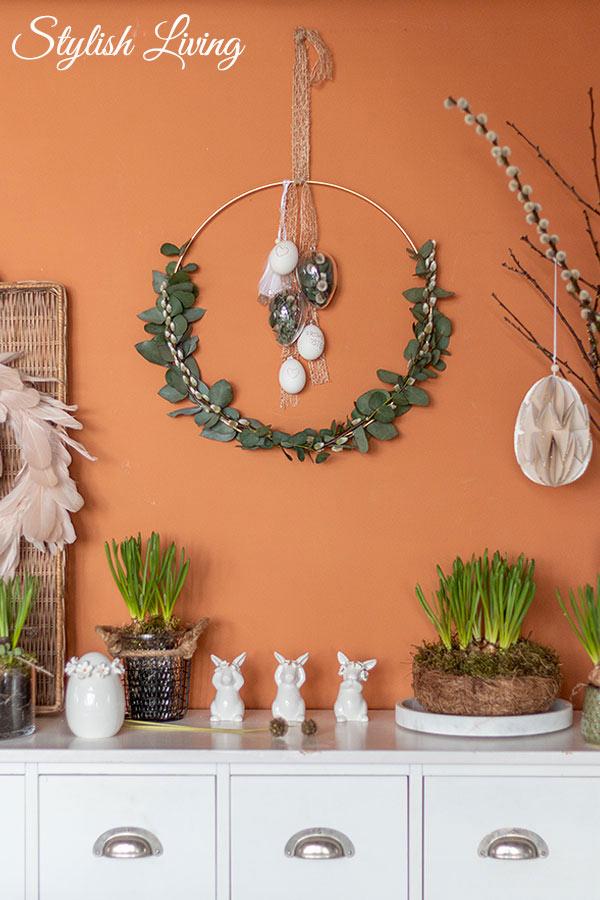 DIY Osterkranz zum Hängen mit Eukalyptus, Weidenkätzchen und Dekoeiern